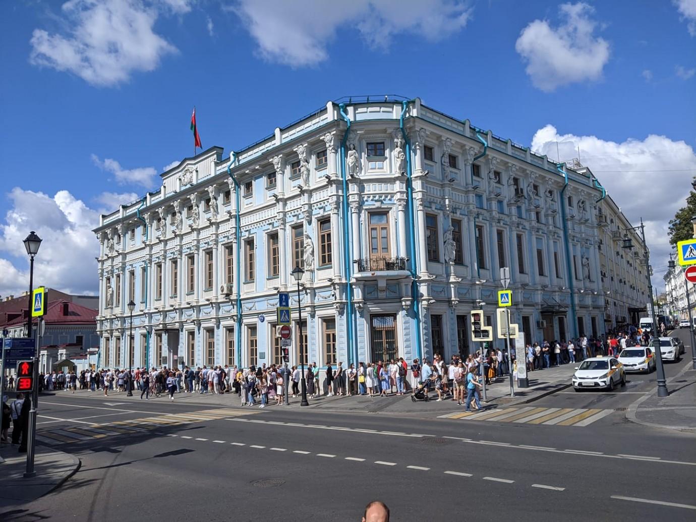 Очередь в посольство Беларуси в Москве